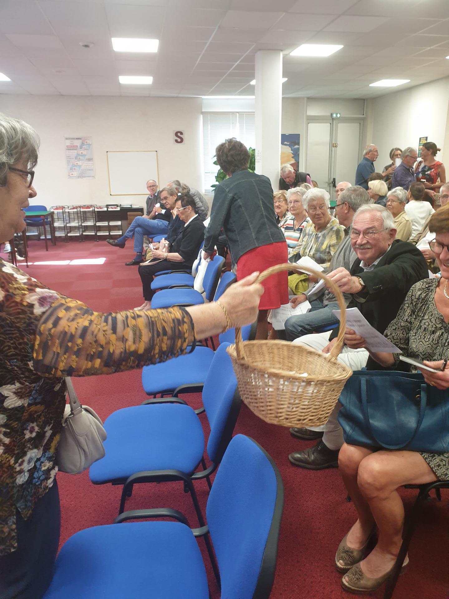 Marie-Claude collecte les bulletins de vote...