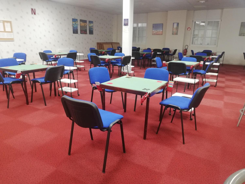 La grande salle avec ses chaises bleues