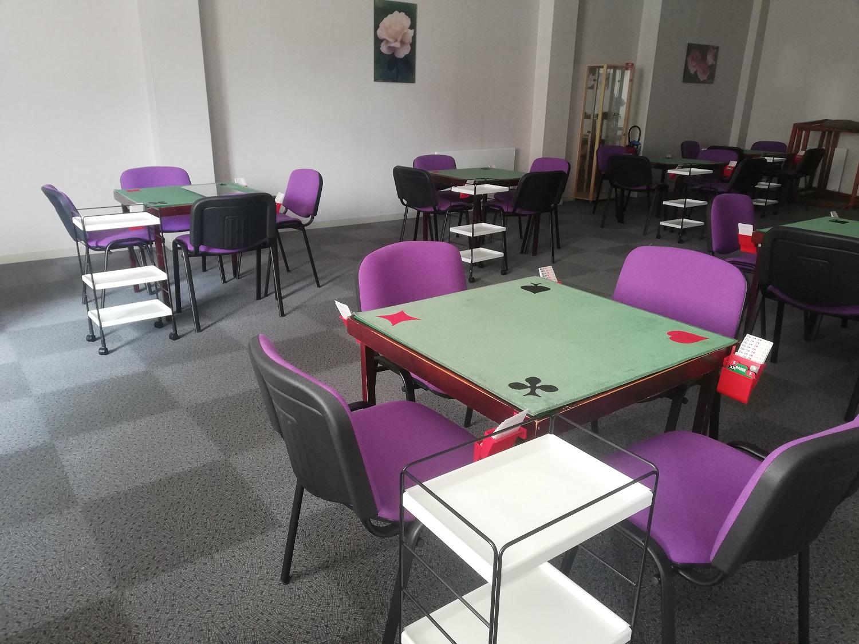 La petite salle avec ses belles chaises violettes